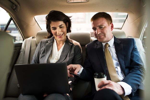 Bedrijfsmensen die werkende auto binnen ontmoeten