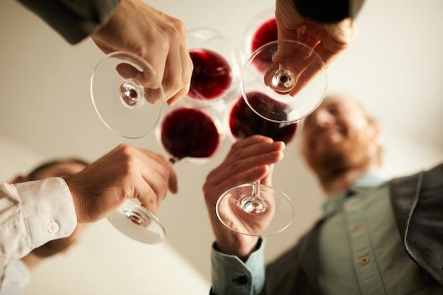 Bedrijfsmensen die wijn lage hoek drinken