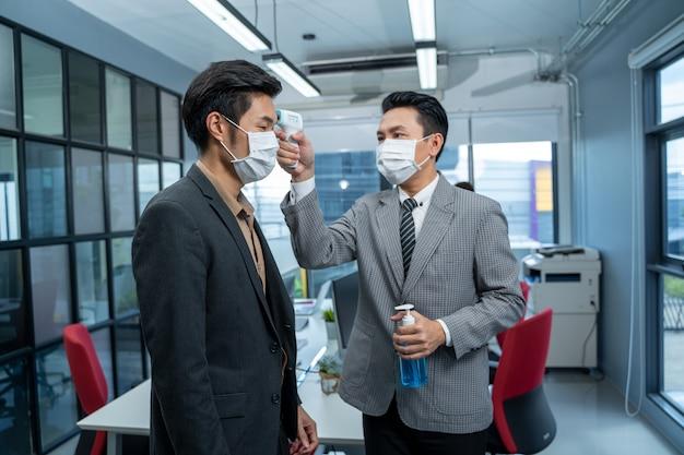 Bedrijfsmensen met gezichtsmasker beschermen, voorkomen virusconcepten bij het voorkomen van besmettelijke ziekten.