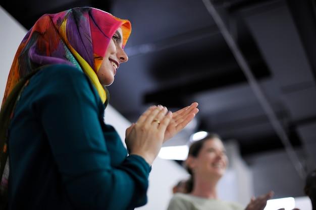 Bedrijfsmensen opstarten op presentatieworkshop