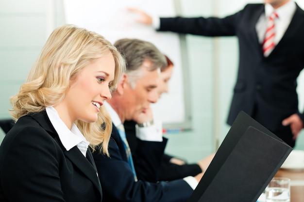 Bedrijfsmensen - presentatie binnen een team