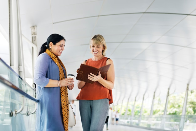 Bedrijfsmensen samen communicatie concept