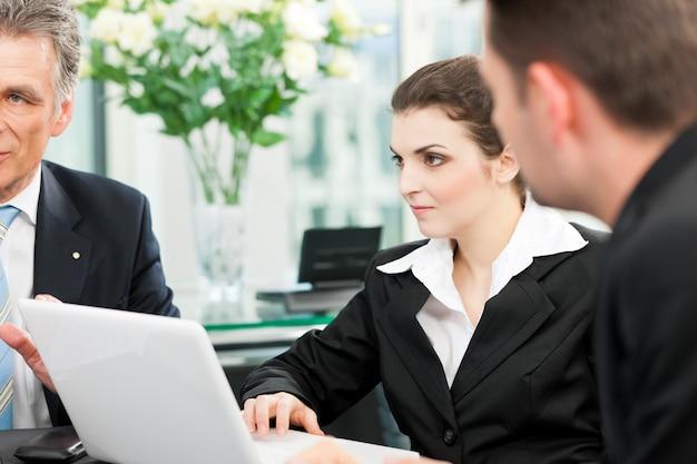 Bedrijfsmensen - teamvergadering in een kantoor