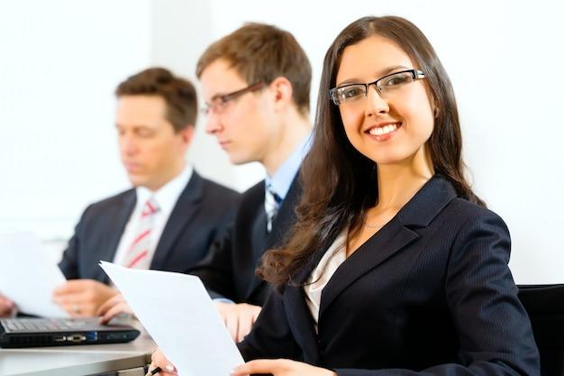 Bedrijfsmensen tijdens vergadering in bureau