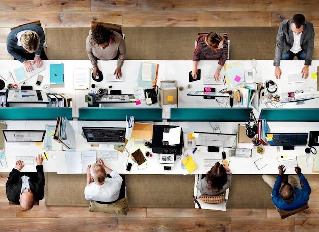 Bedrijfsmensenbureau die collectief team concept werken