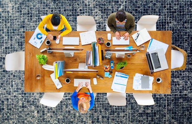 Bedrijfsmensenbureau werkende plaats van het werkconcept