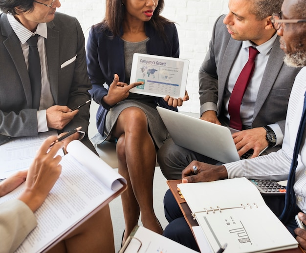 Bedrijfsmensendiscussie marketing het concept van de planvergadering