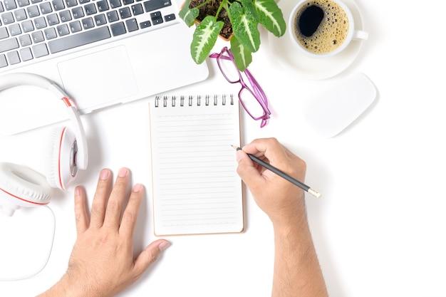 Bedrijfsmensenhand die op leeg notitieboekje met laptop schrijven