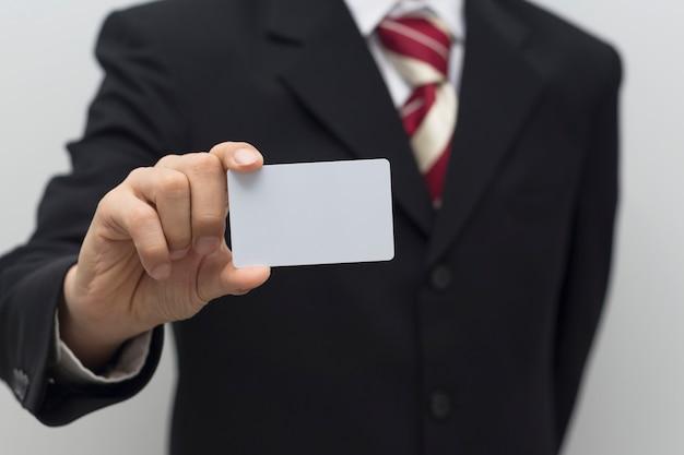 Bedrijfsmensenhand die witte kaart houden
