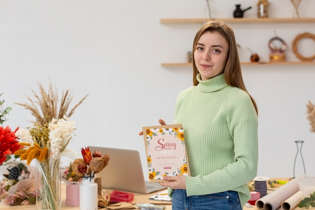 Bedrijfsondernemer persoon die de verkoopbon van de lente houden