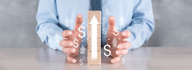 Bedrijfsontwikkeling tot succes en groeiend groeiconcept. zakenman probeert houten blokken in groeiende grafieken te rangschikken.