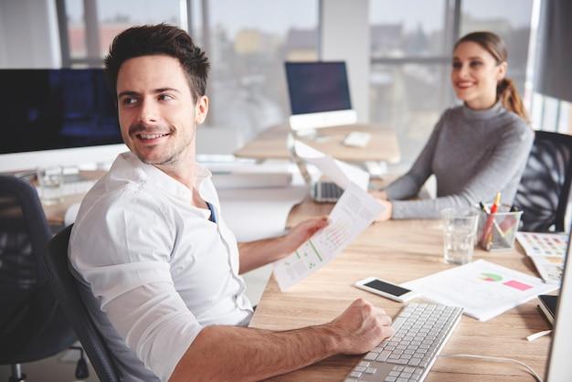 Bedrijfspaar dat bij bureau werkt