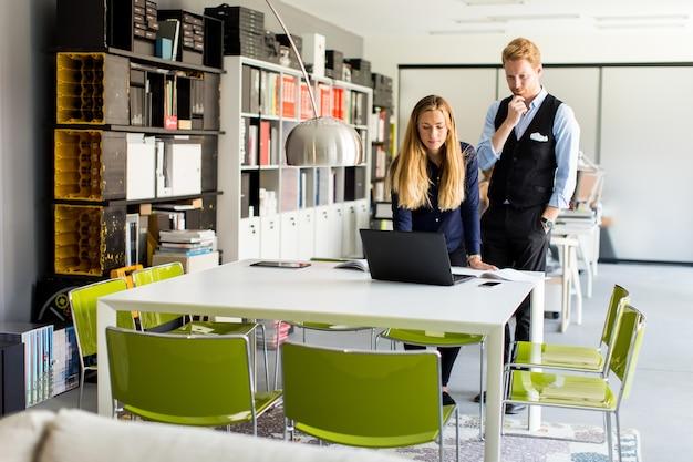 Bedrijfspaar dat laptop met behulp van