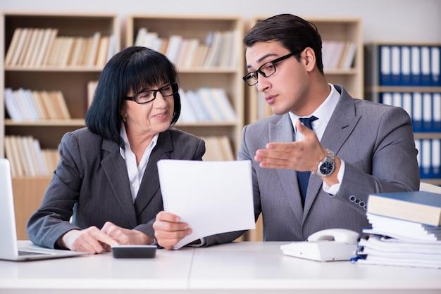 Bedrijfspaar die bespreking in het bureau hebben