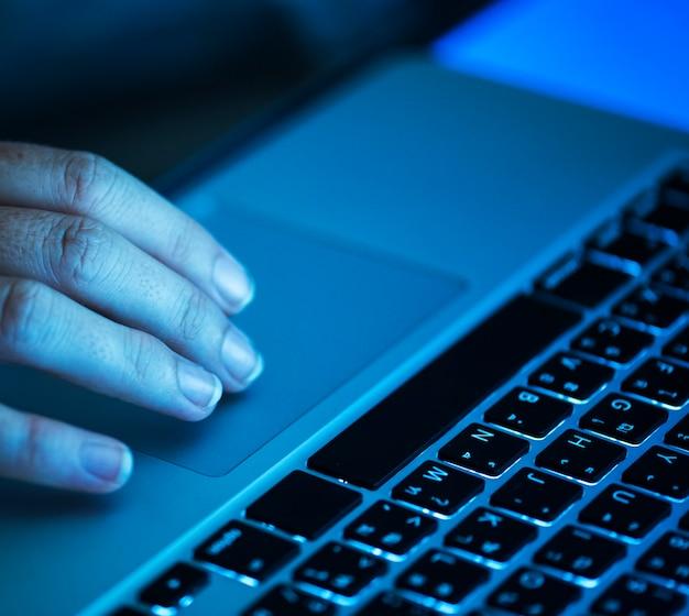 Bedrijfspersoon met behulp van een laptop