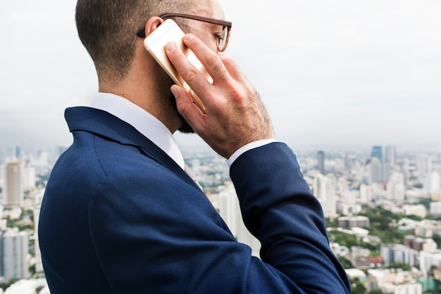 Bedrijfspersoon sprekende telefoon concept