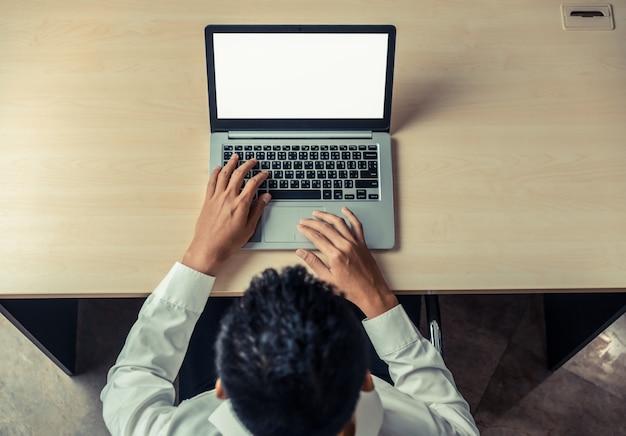 Bedrijfspersoon werknemer gebruikt een laptopcomputer.