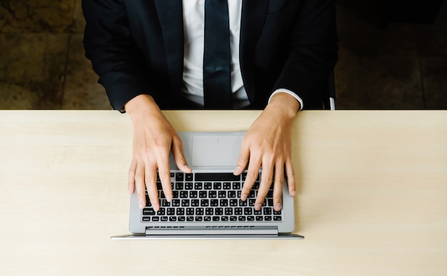 Bedrijfspersoon werknemer maakt gebruik van een laptopcomputer.