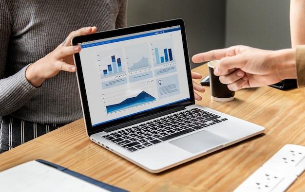 Bedrijfspresentatie op een laptopscherm