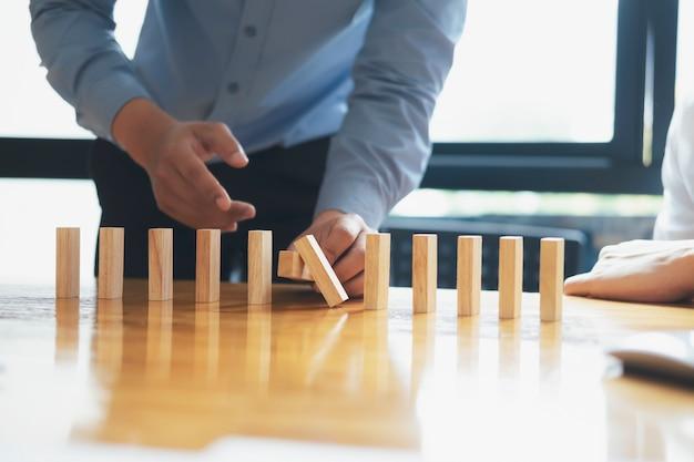 Bedrijfsrisico, strategie en schaven concept idee.