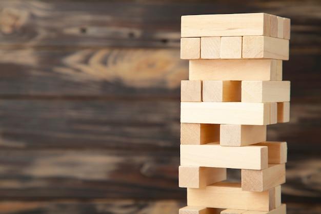 Bedrijfsrisicoconcept met houten spel.