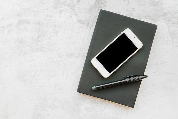 Bedrijfssamenstelling van smartphone en notitieboekje