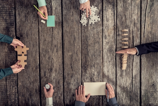Bedrijfsstrategie en brainstormconcept met een team van zes zakenlieden