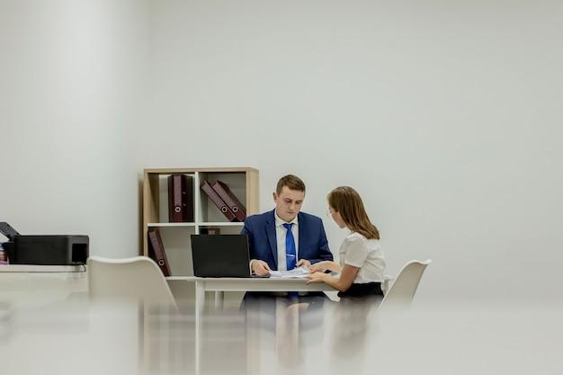 Bedrijfsstrategie. legale adviseur. financiële afdeling. kantoorsecretaris. zakelijke paar werken. paar in kantoor. man en elegante vrouw baas manager directeur. kantoor vergadering. ervaring uitwisselen.