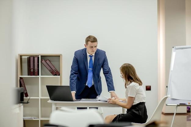 Bedrijfsstrategie. legale adviseur. financiële afdeling. kantoorsecretaris. zakelijke paar werken. paar in kantoor. man en elegante vrouw baas manager directeur. kantoor vergadering. ervaring uitwisselen