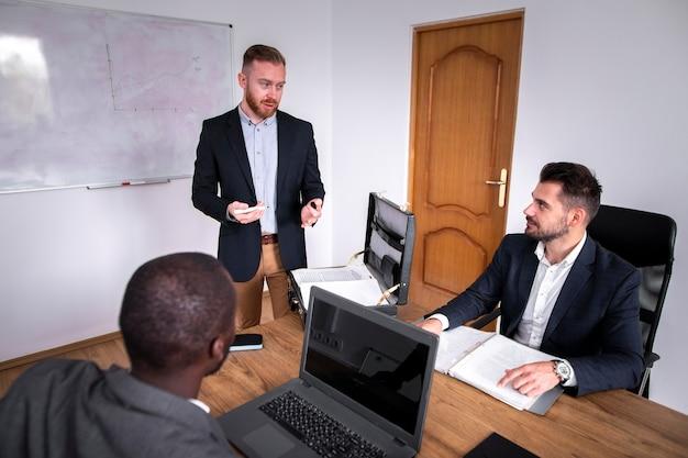 Bedrijfsteam deelt ideeën