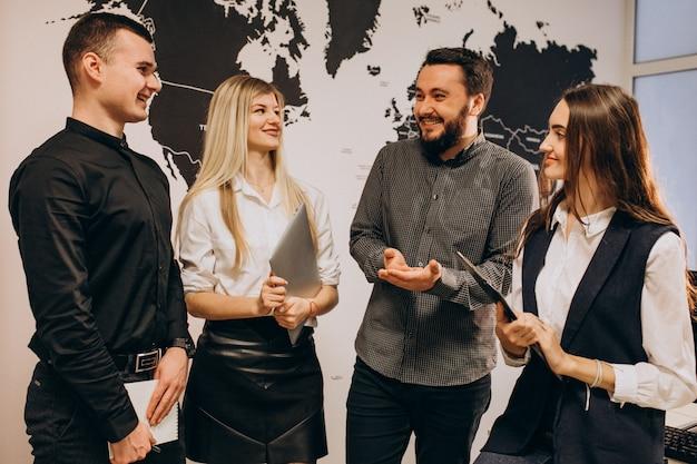 Bedrijfsteammedewerkers bij een it-bedrijf