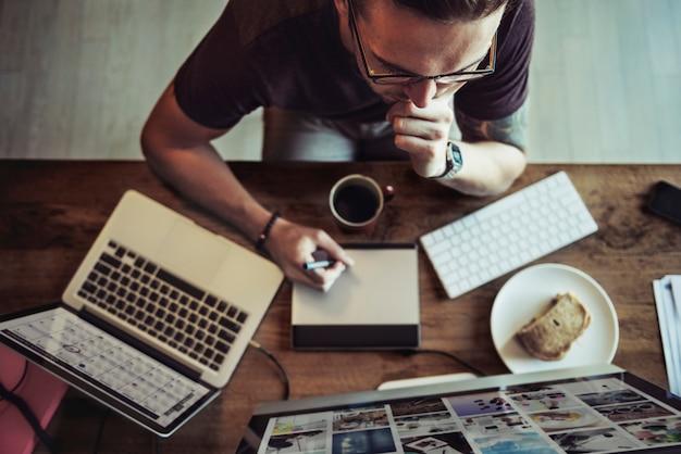 Bedrijfstijdgenootbedrijf strategie vast concept