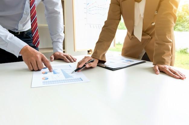 Bedrijfsvoering brainstorming bespreken over beleggingswaardering in moderne kantoorruimte
