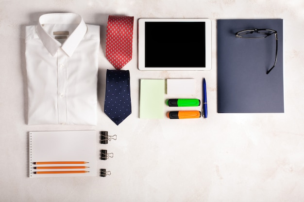 Bedrijfsvoorwerpen op het bureau met exemplaarruimte