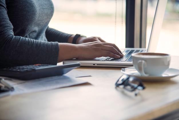Bedrijfsvrouw die aan laptop computer in bureau werken