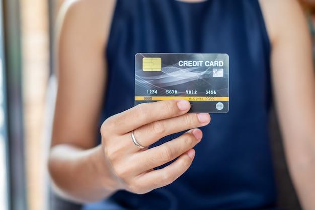 Bedrijfsvrouw die creditcard, online betaling houden