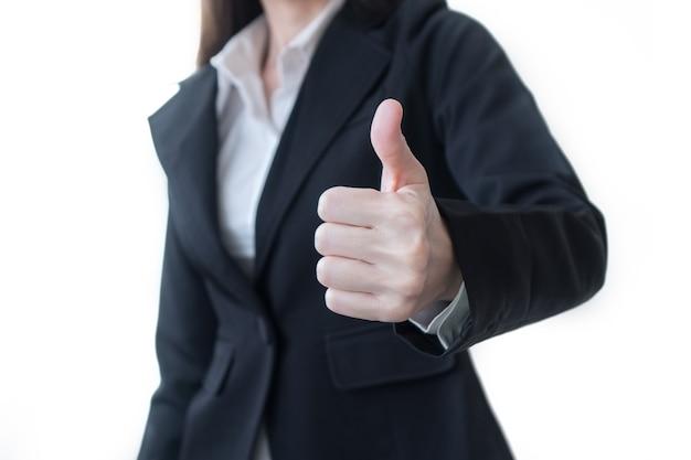 Bedrijfsvrouw die duim op gebaar tonen dat op wit wordt geïsoleerd.