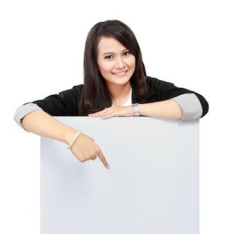 Bedrijfsvrouw die een leeg aanplakbord houden