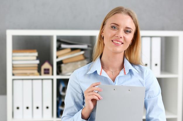 Bedrijfsvrouw die een schrijftabletklembord houden