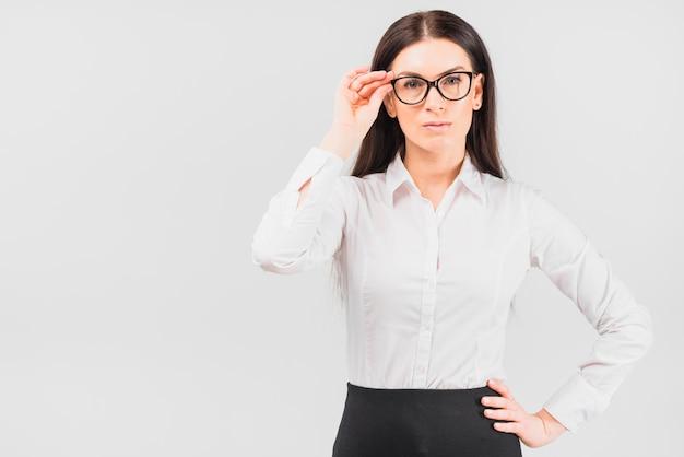 Bedrijfsvrouw die glazen aanpassen