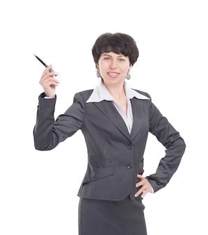 Bedrijfsvrouw die haar pen op exemplaarruimte richt. geïsoleerd op witte achtergrond