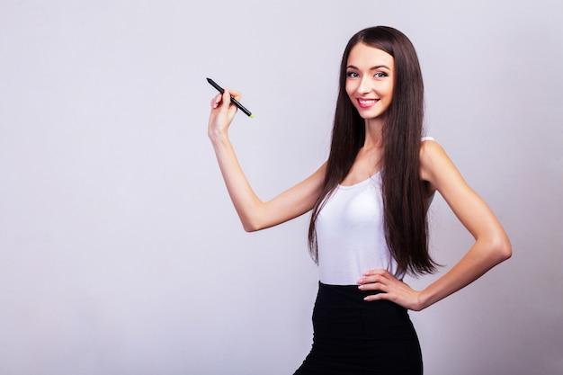 Bedrijfsvrouw die iets met een pen trekken op het virtuele scherm met exemplaarruimte voor tekst