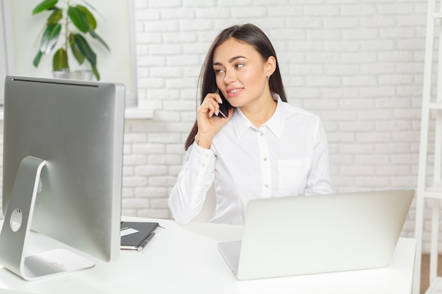 Bedrijfsvrouw die in bureau werken