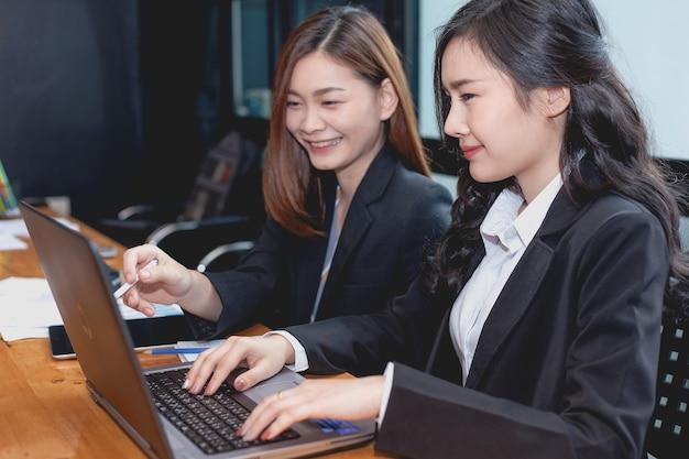 Bedrijfsvrouw die in het bureau samenwerken