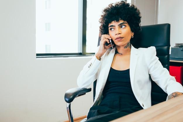 Bedrijfsvrouw die in het bureau werken