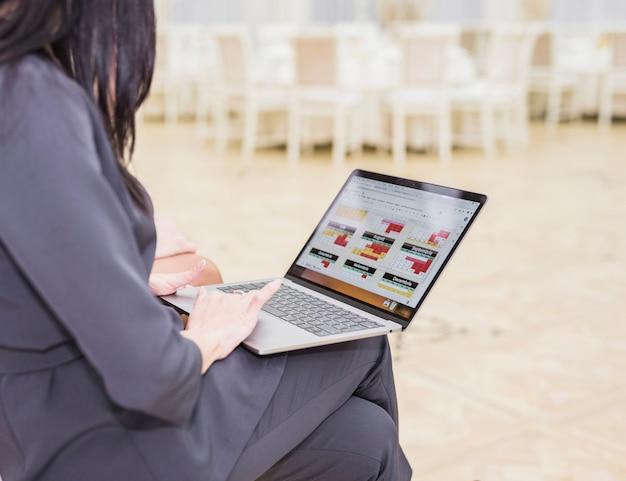 Bedrijfsvrouw die laptop met behulp van