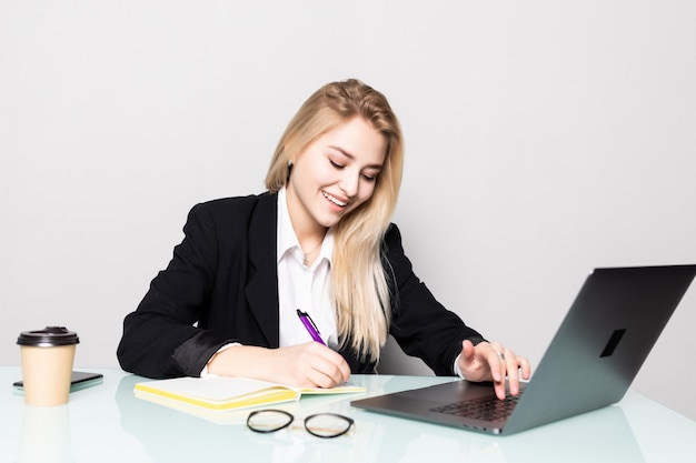 Bedrijfsvrouw die met documenten in bureau werken