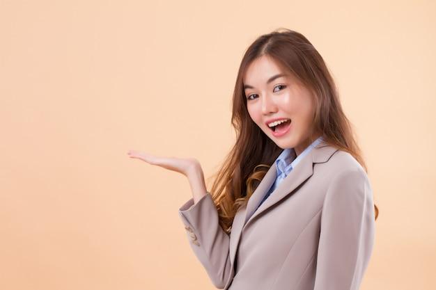 Bedrijfsvrouw die met open hand iets voorstellen