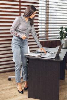Bedrijfsvrouw die op het kantoor werken