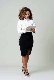 Bedrijfsvrouw die tabletcomputer met behulp van
